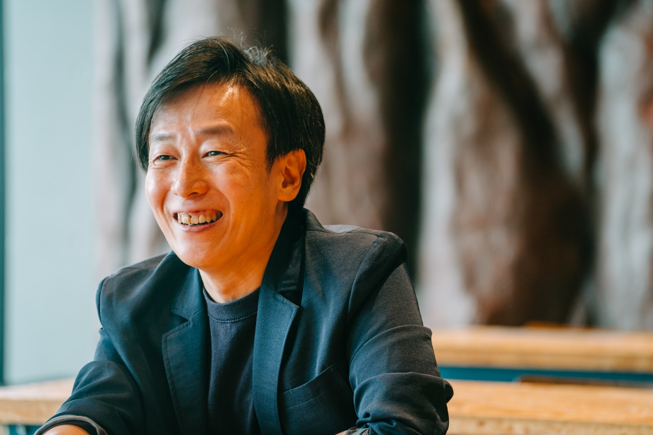 Yoshihisa Aono, smiling while making a point about individual workstyles